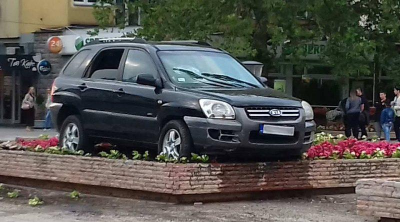 Ауто улетео у жардињеру у центру Крушевца