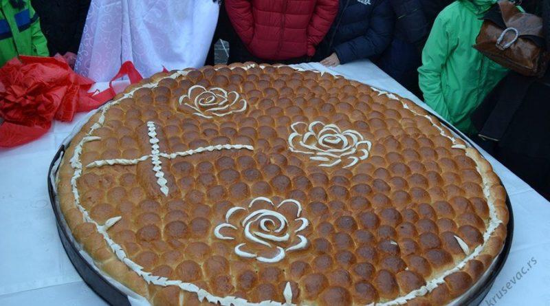 Ломљење Божићне чеснице у цркви Светог Ђорђа у Крушевцу