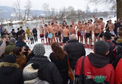 Трстеничани пливали за часни крст, први стигао Димитрије Милојевић